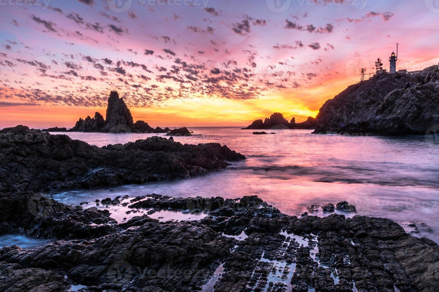pôr do sol em uma bela costa foto