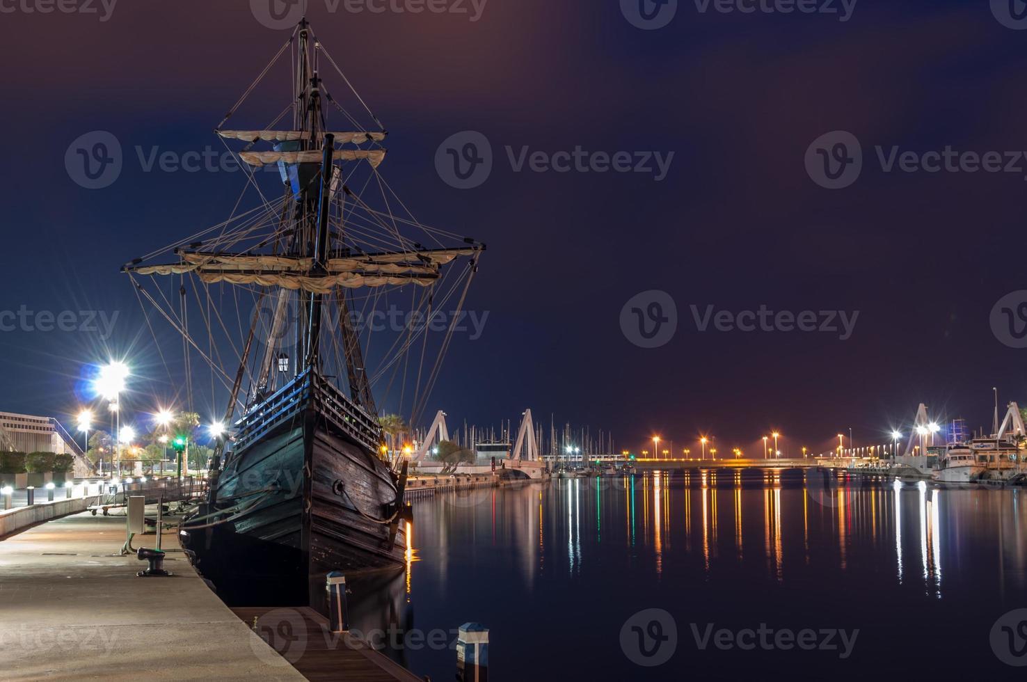navio galeão no porto foto