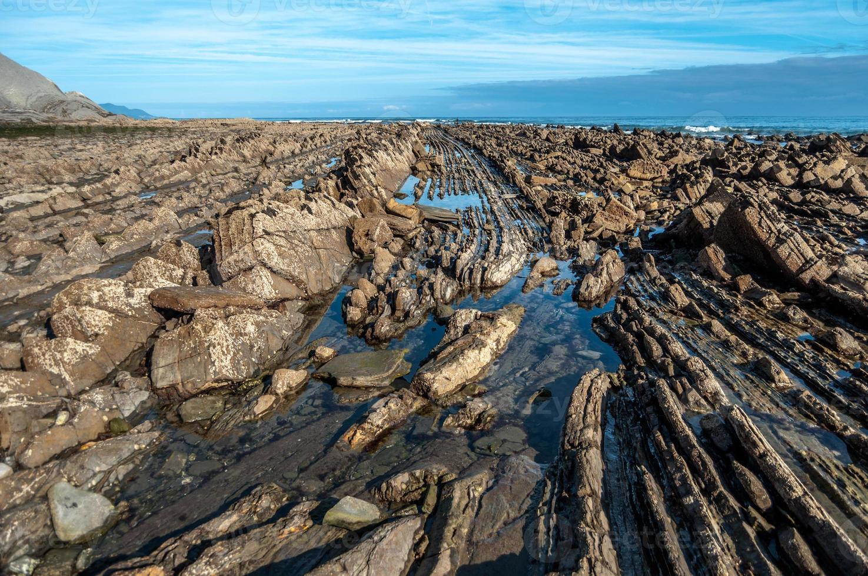 formação rochosa flysch em zumaia, espanha foto