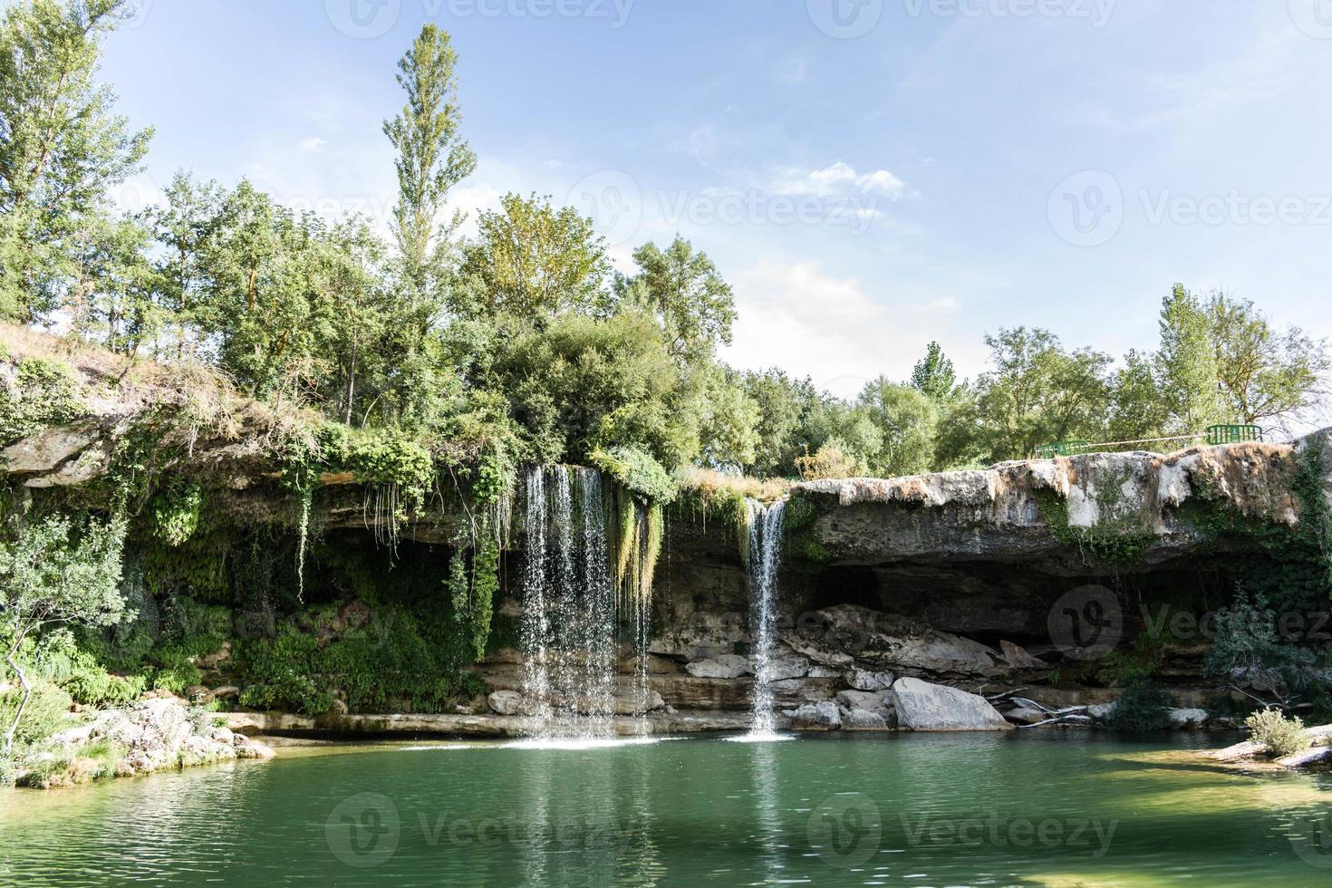 uma cachoeira na floresta foto