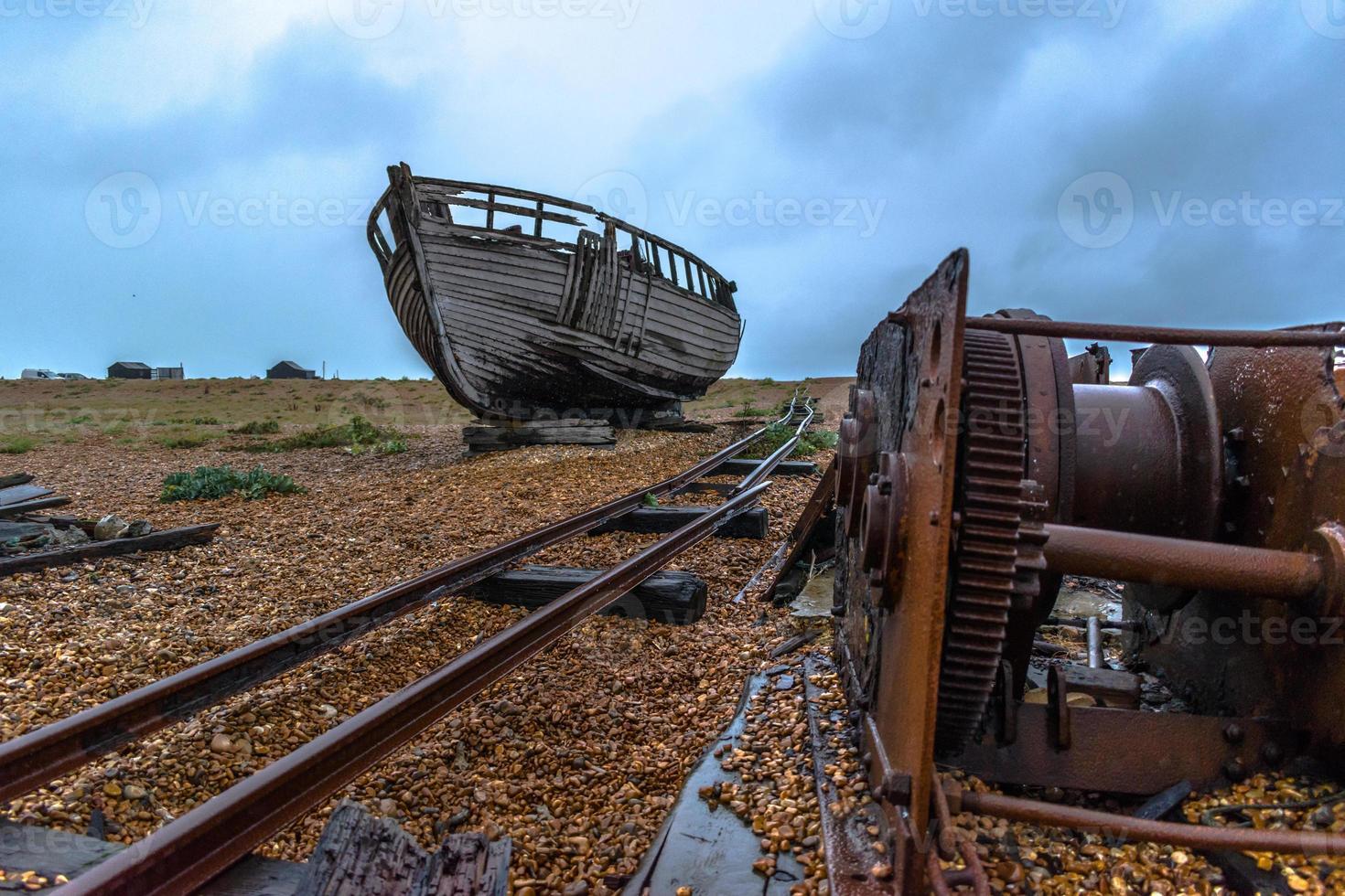 velho navio no pântano de esterco foto