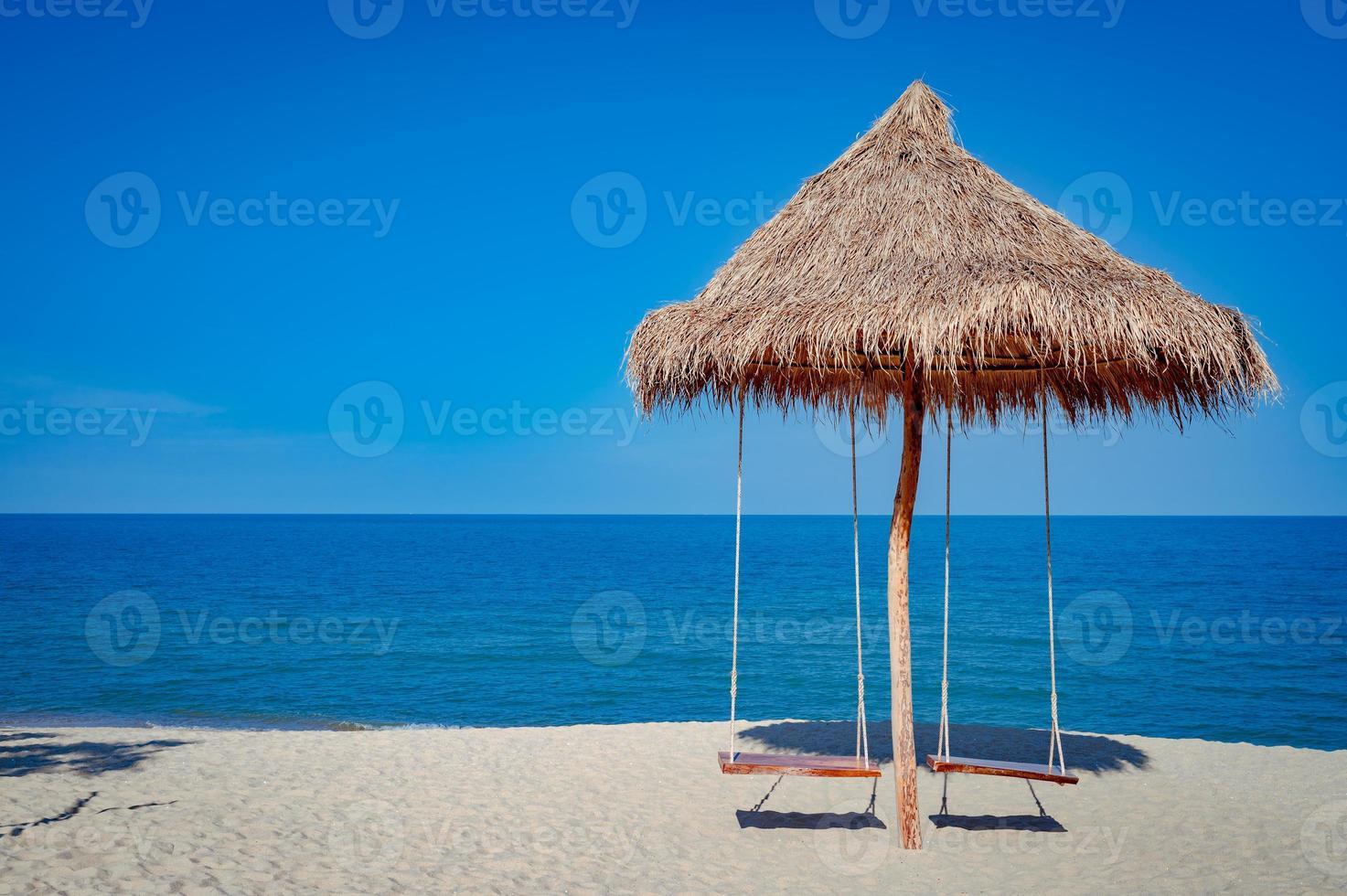 balanços de cabana de madeira na praia na tailândia foto