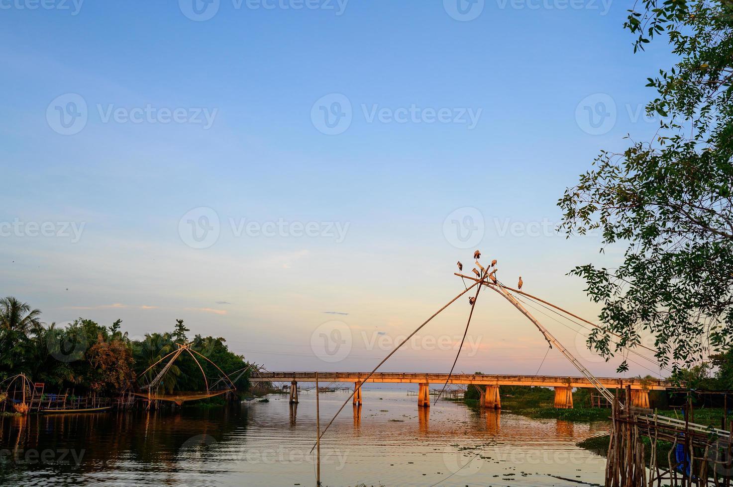 ponte ao pôr do sol em phatthalung, tailândia foto