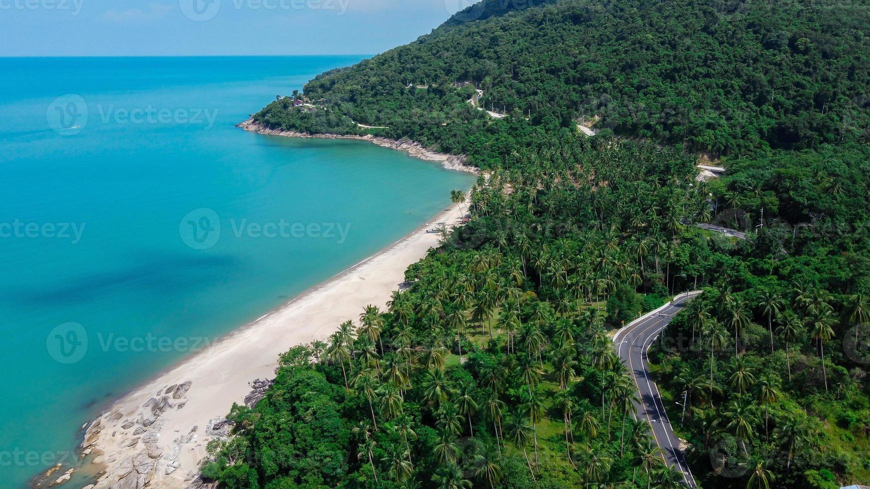 vista aérea da estrada e da praia na Tailândia foto