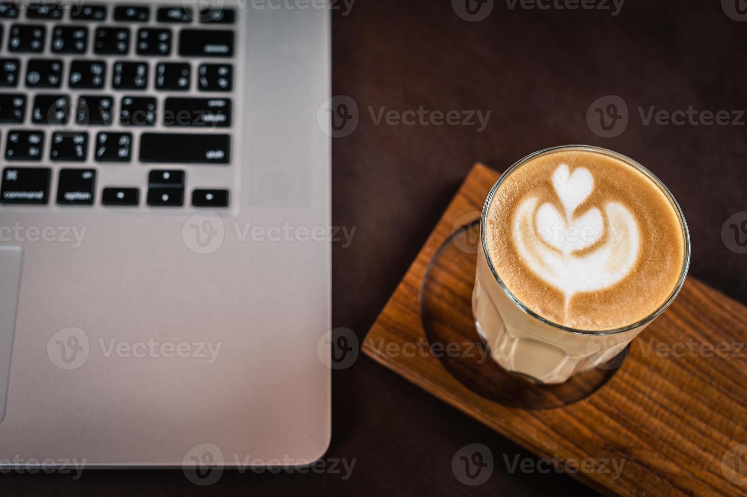 café com leite em uma mesa foto
