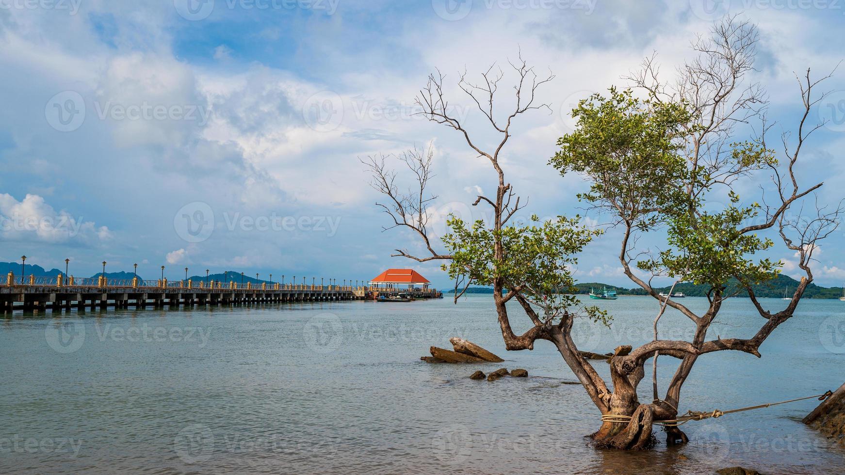 porto da ilha de lanta na tailândia foto