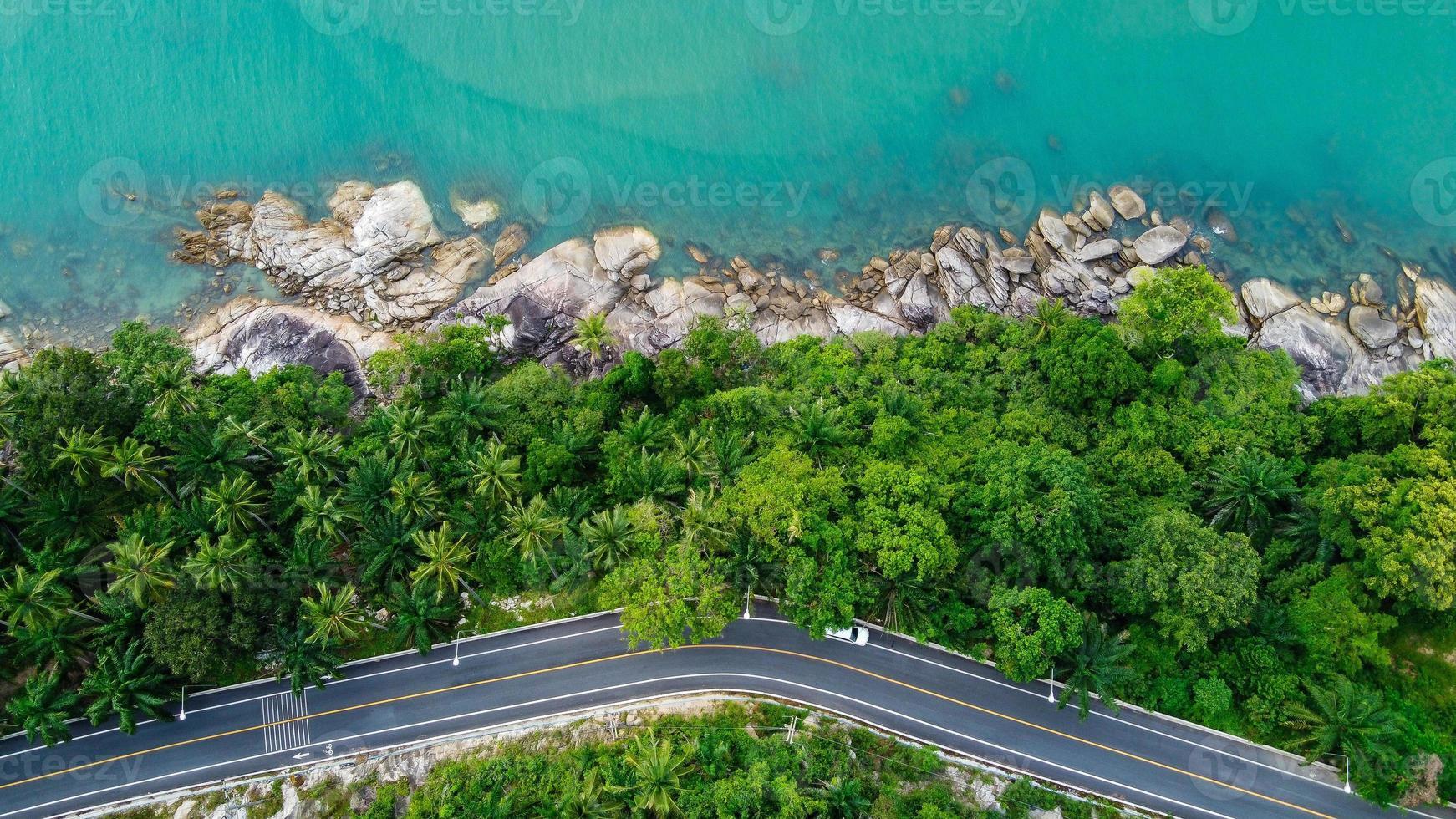 vista aérea de uma estrada em uma ilha na Tailândia foto