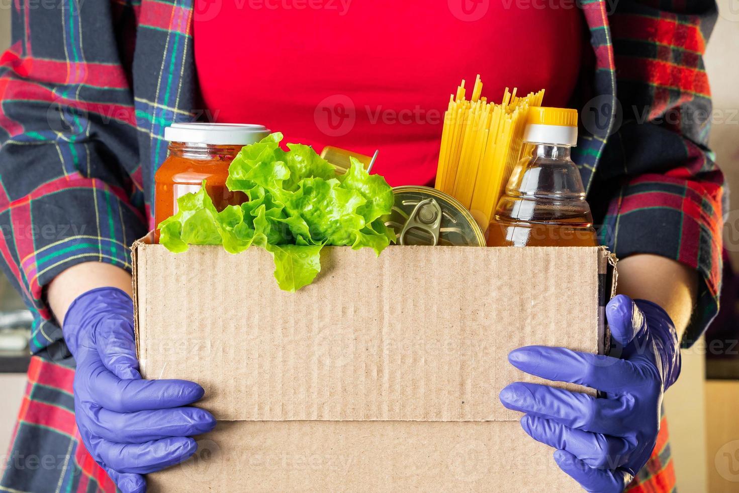 voluntária segurando uma caixa de doação foto