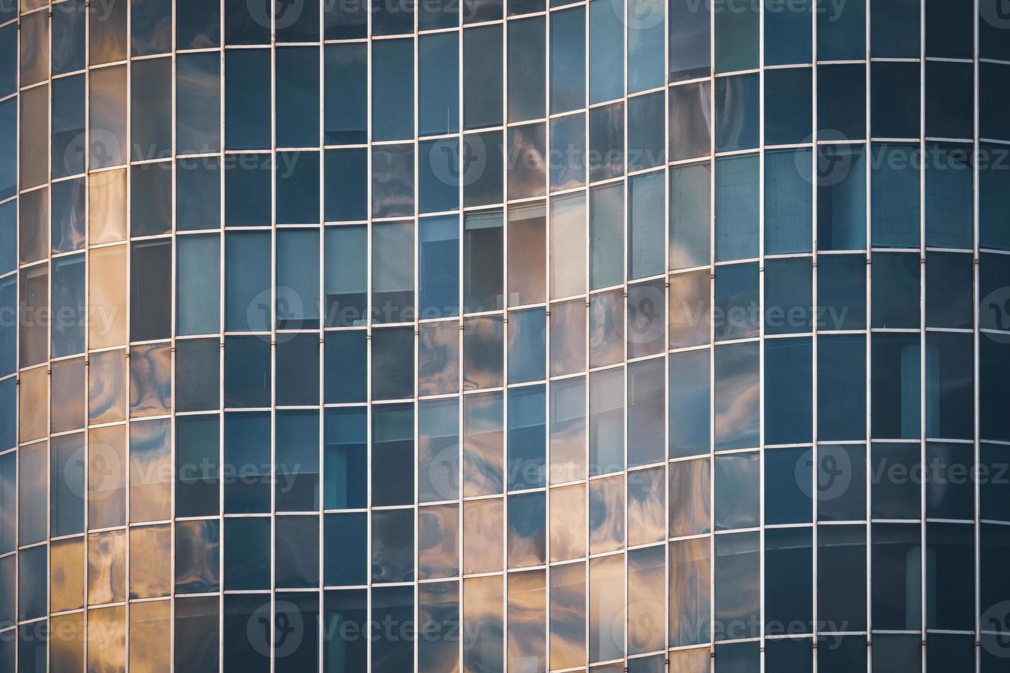 fachada curva de vidro de um prédio de escritórios foto