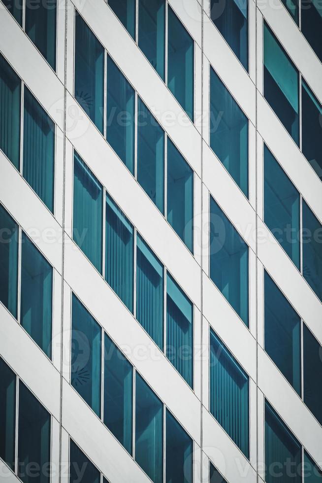 fachada geométrica de um prédio de escritórios foto