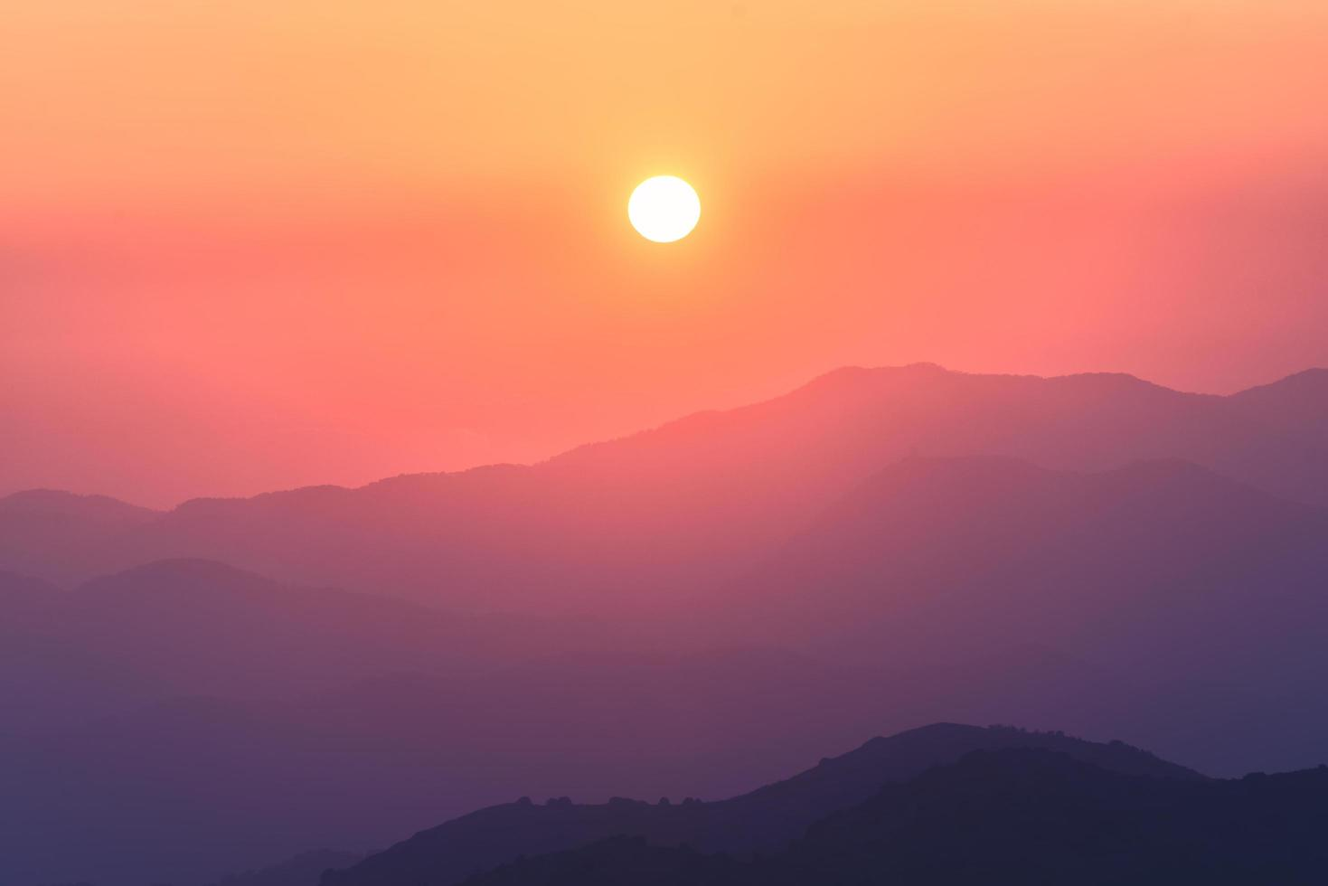 montanhas troodos ao pôr do sol em chipre foto