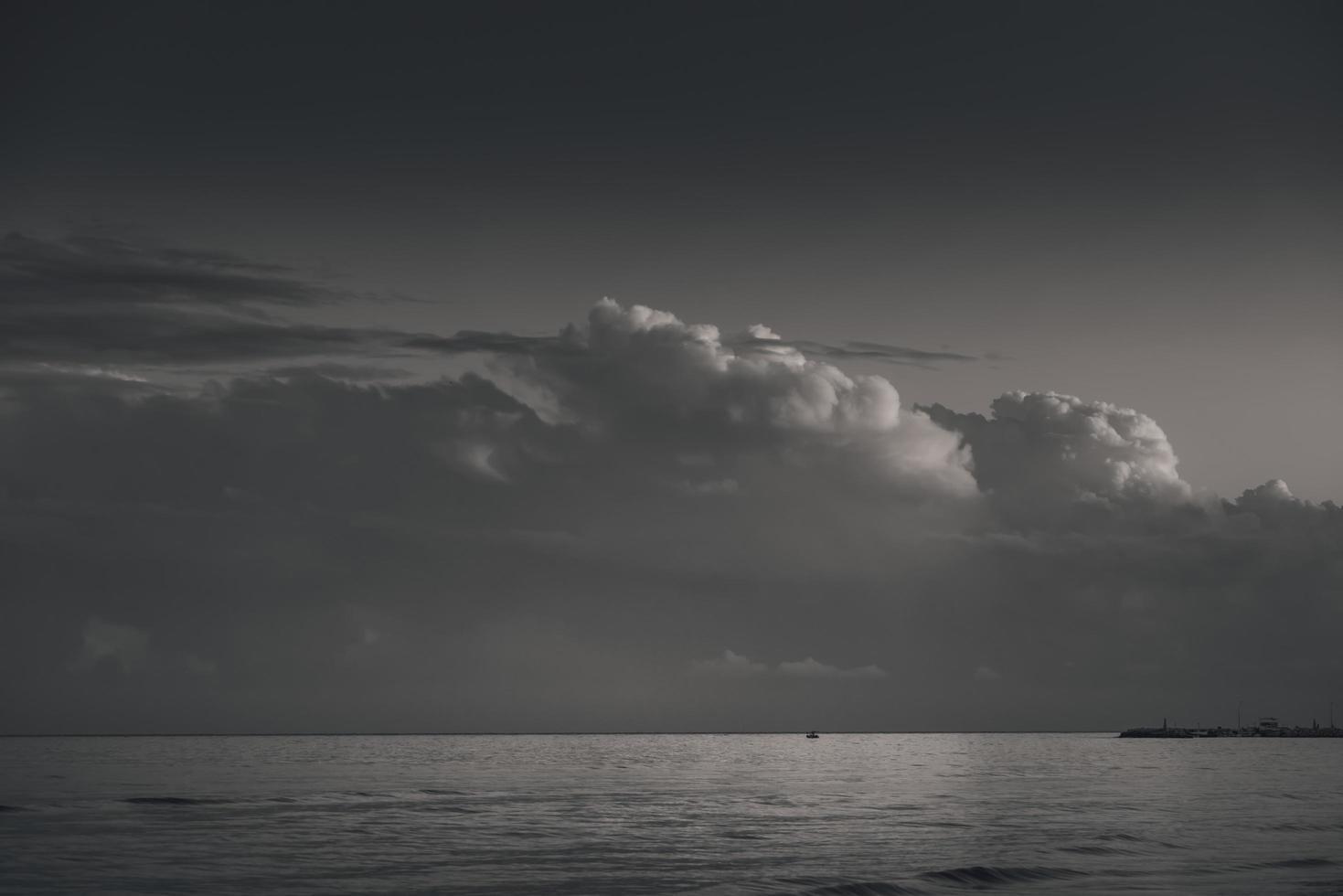 paisagem nebulosa sombria sobre o mar foto