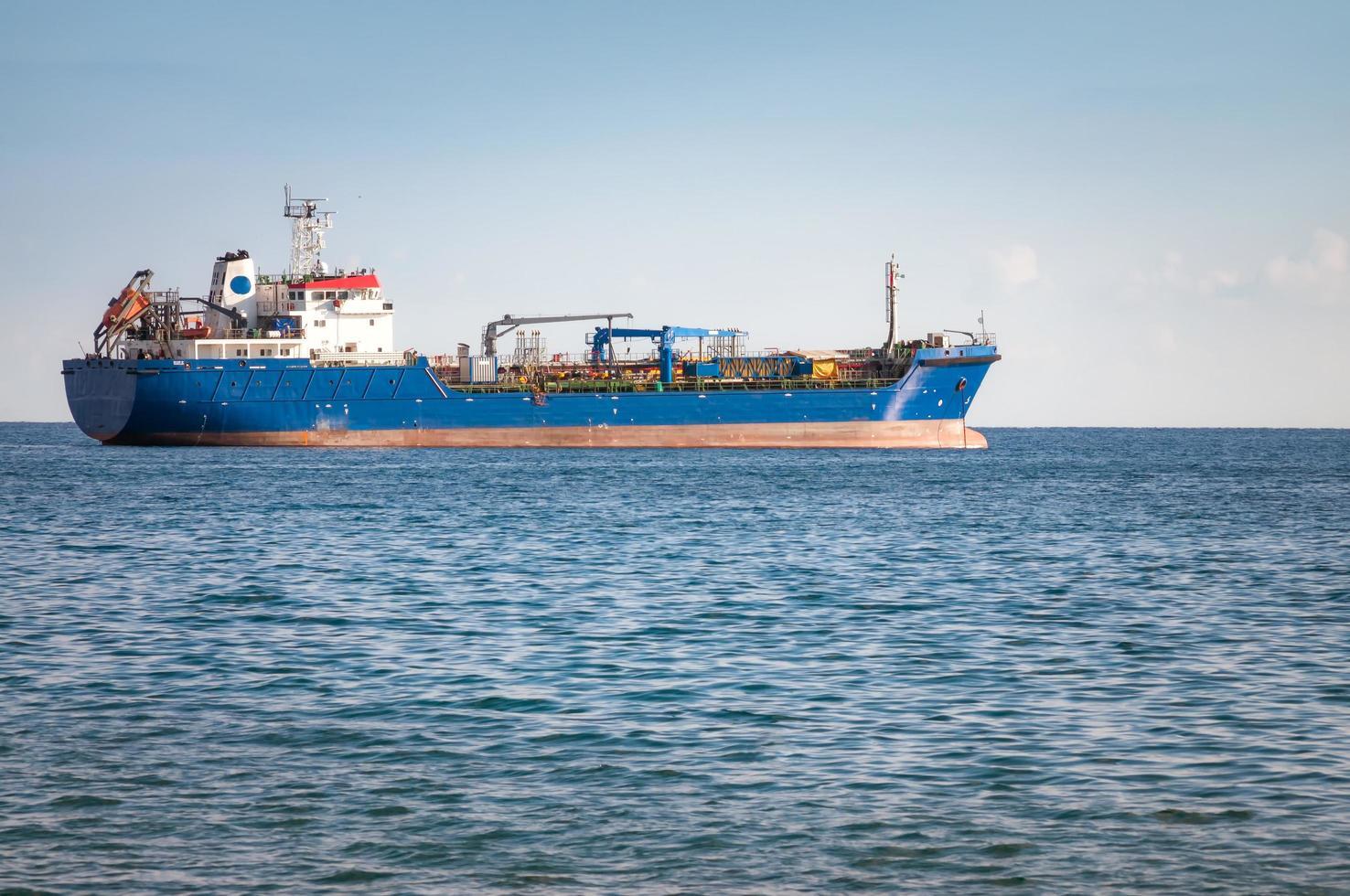 navio industrial desconhecido no mar mediterrâneo foto