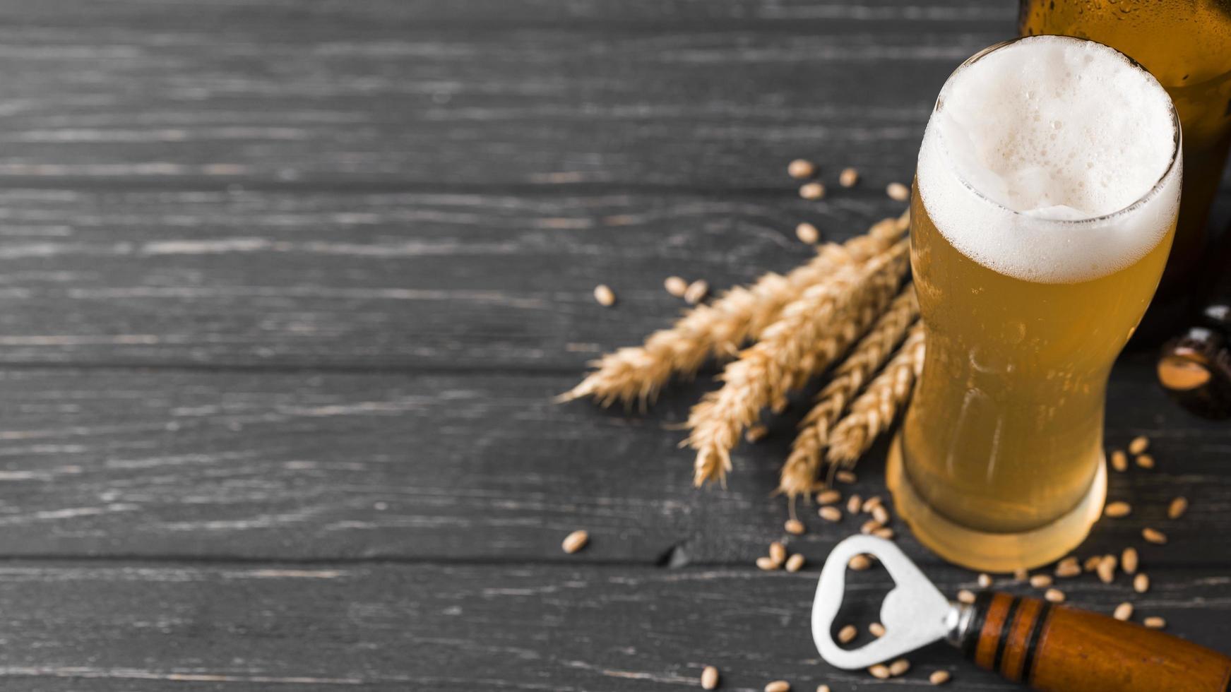 cerveja e trigo na madeira foto