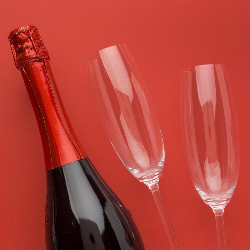 vinho e taças de vinho foto