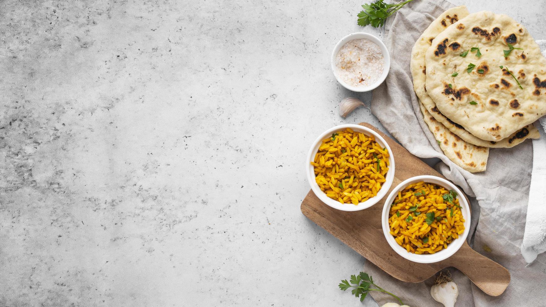 arroz amarelo e arranjo de pita foto