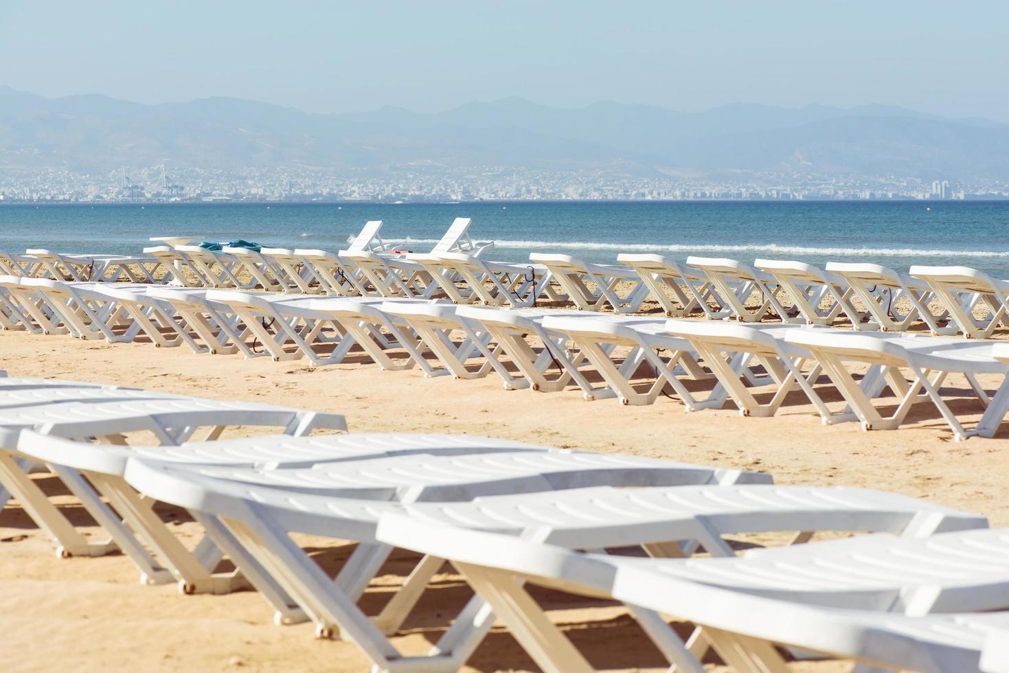 espreguiçadeiras vazias na praia foto
