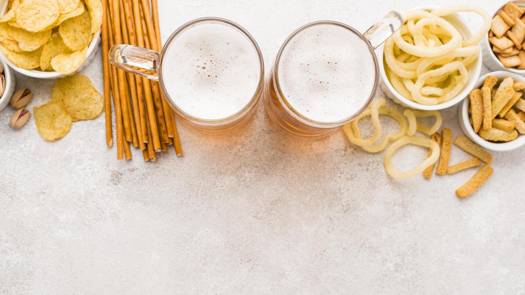 cerveja e salgadinhos com cópia espaço foto