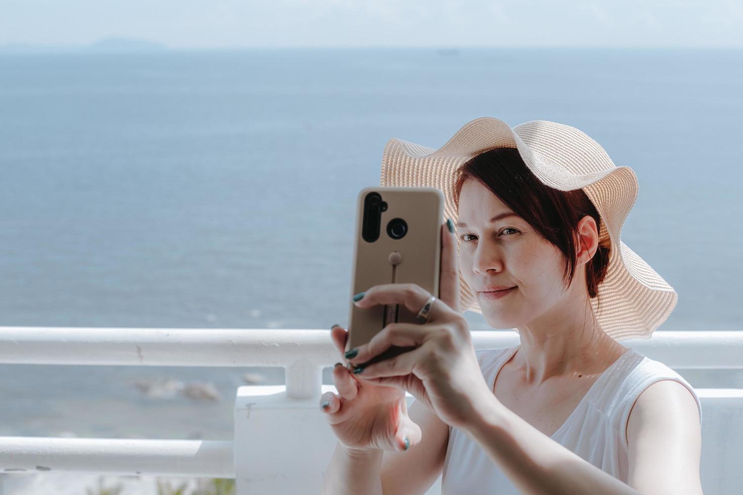 mulher tomando uma selfie foto