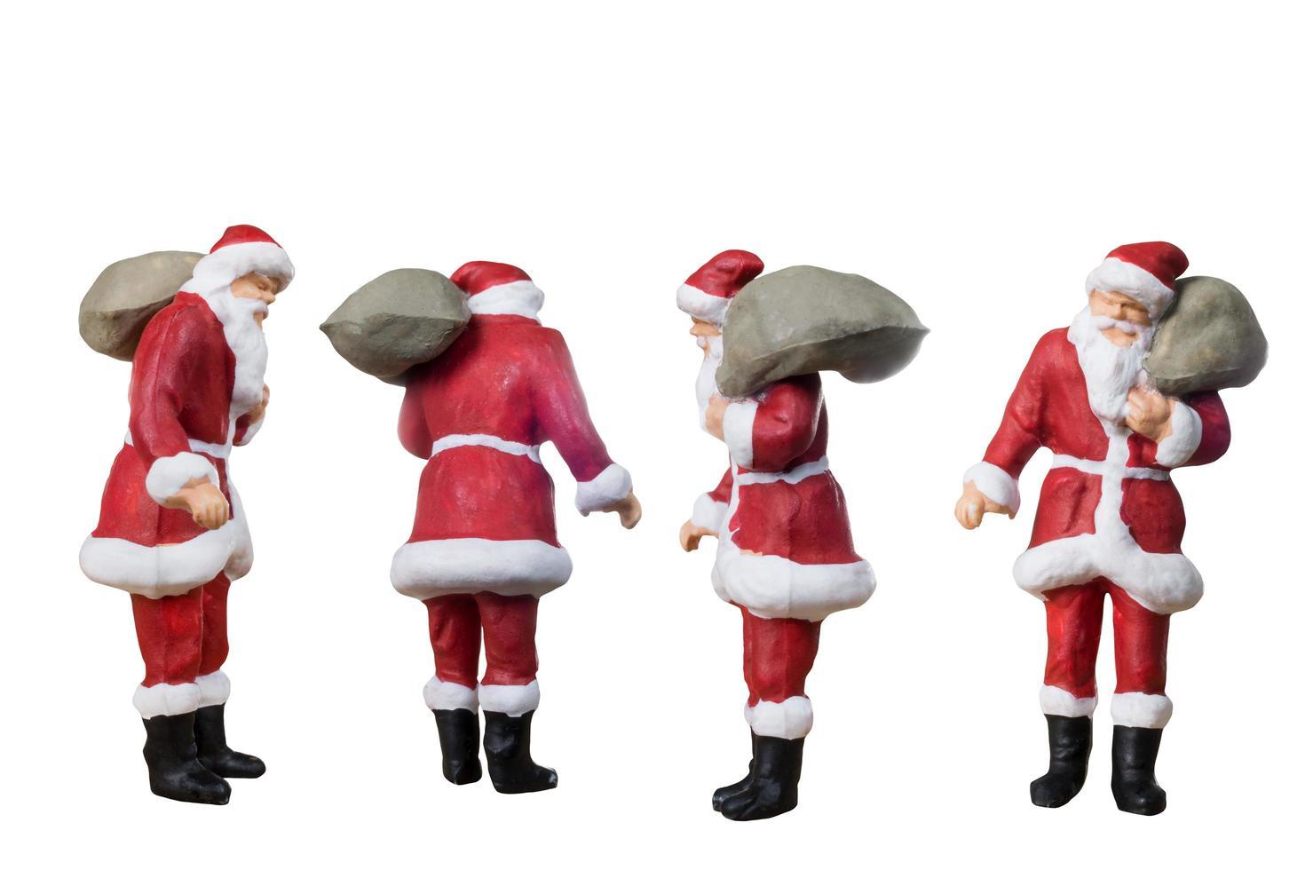 Papai Noel em miniatura carregando uma bolsa isolada em um fundo branco foto