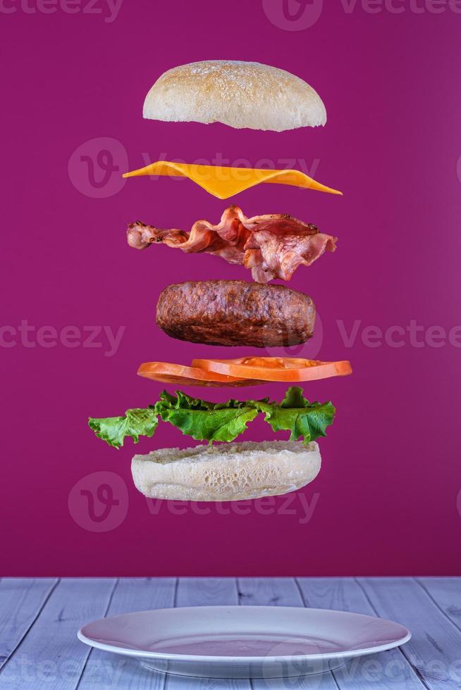 hambúrguer flutuante com bacon e queijo foto