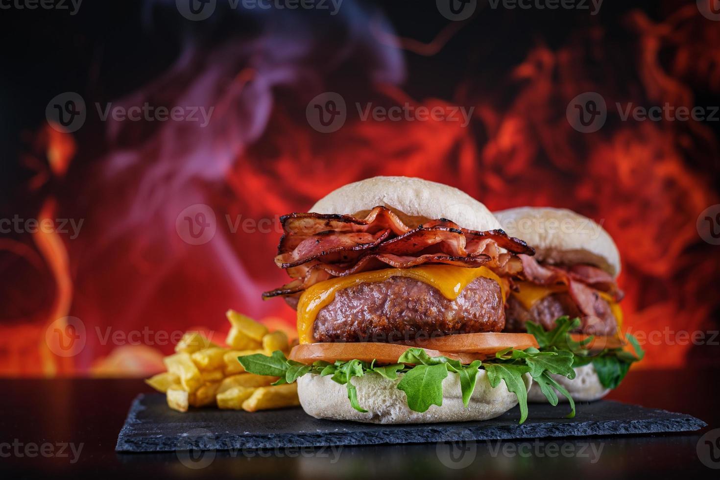 hambúrgueres com batata frita com prato foto