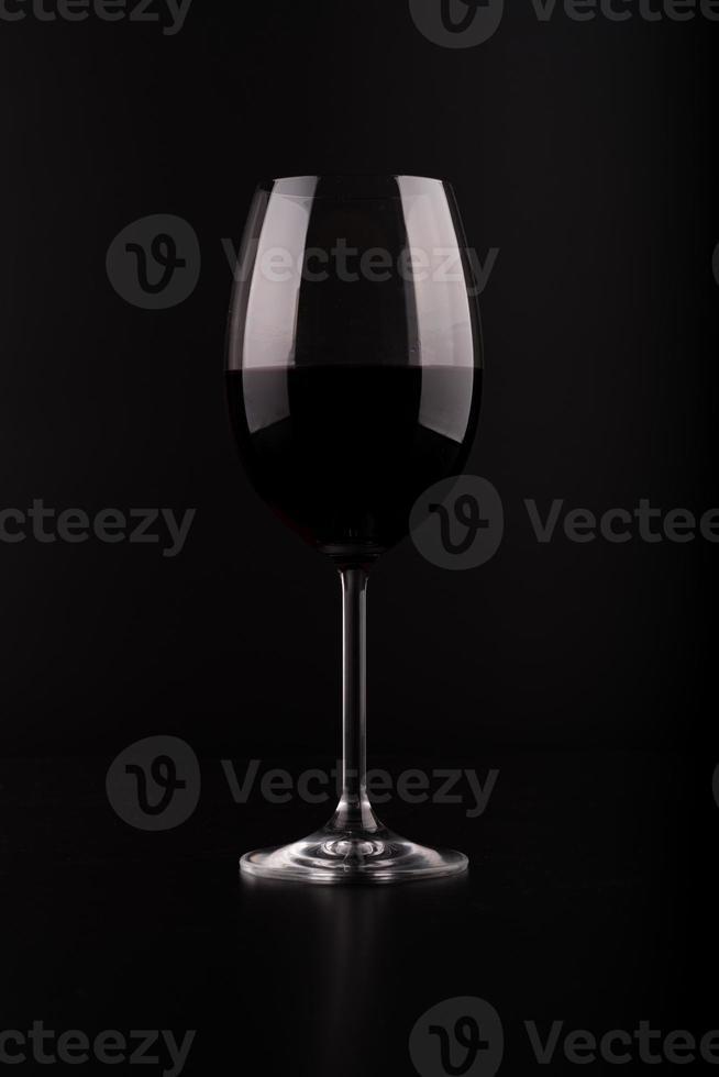 taça de vinho com fundo preto foto