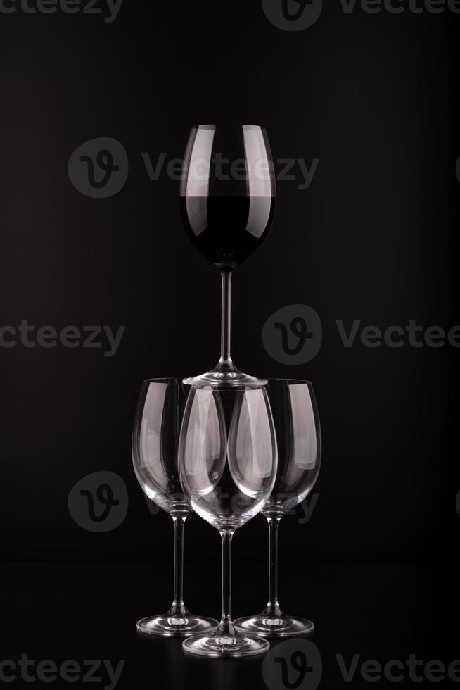 taças de vinho com fundo preto foto