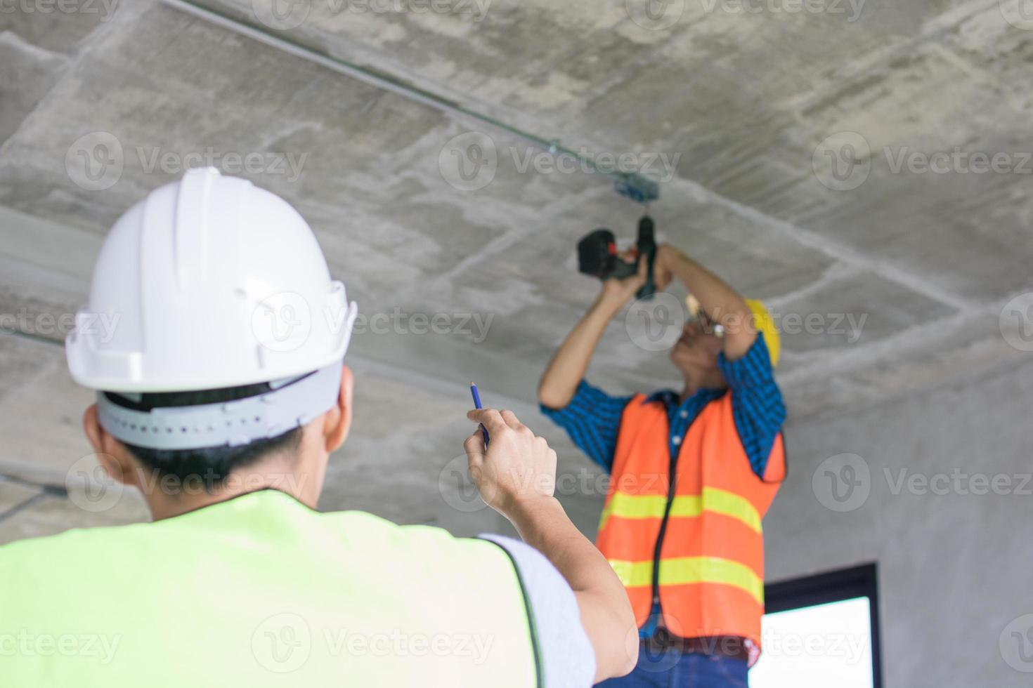 trabalhadores da construção civil trabalhando no interior da construção foto