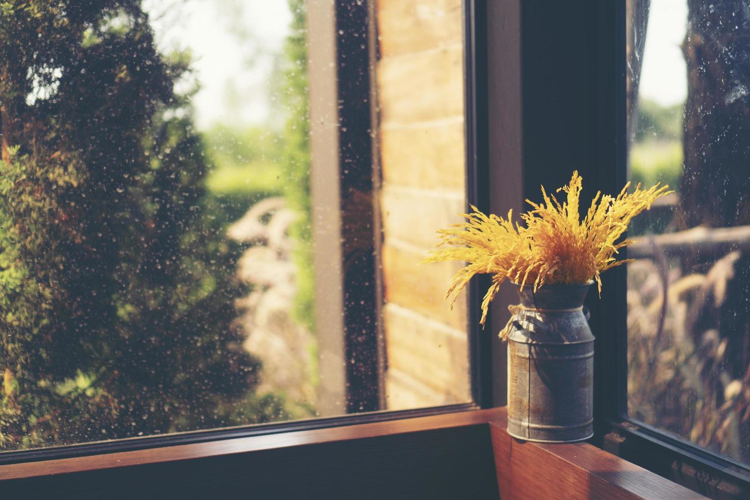 flores secas em um vaso foto