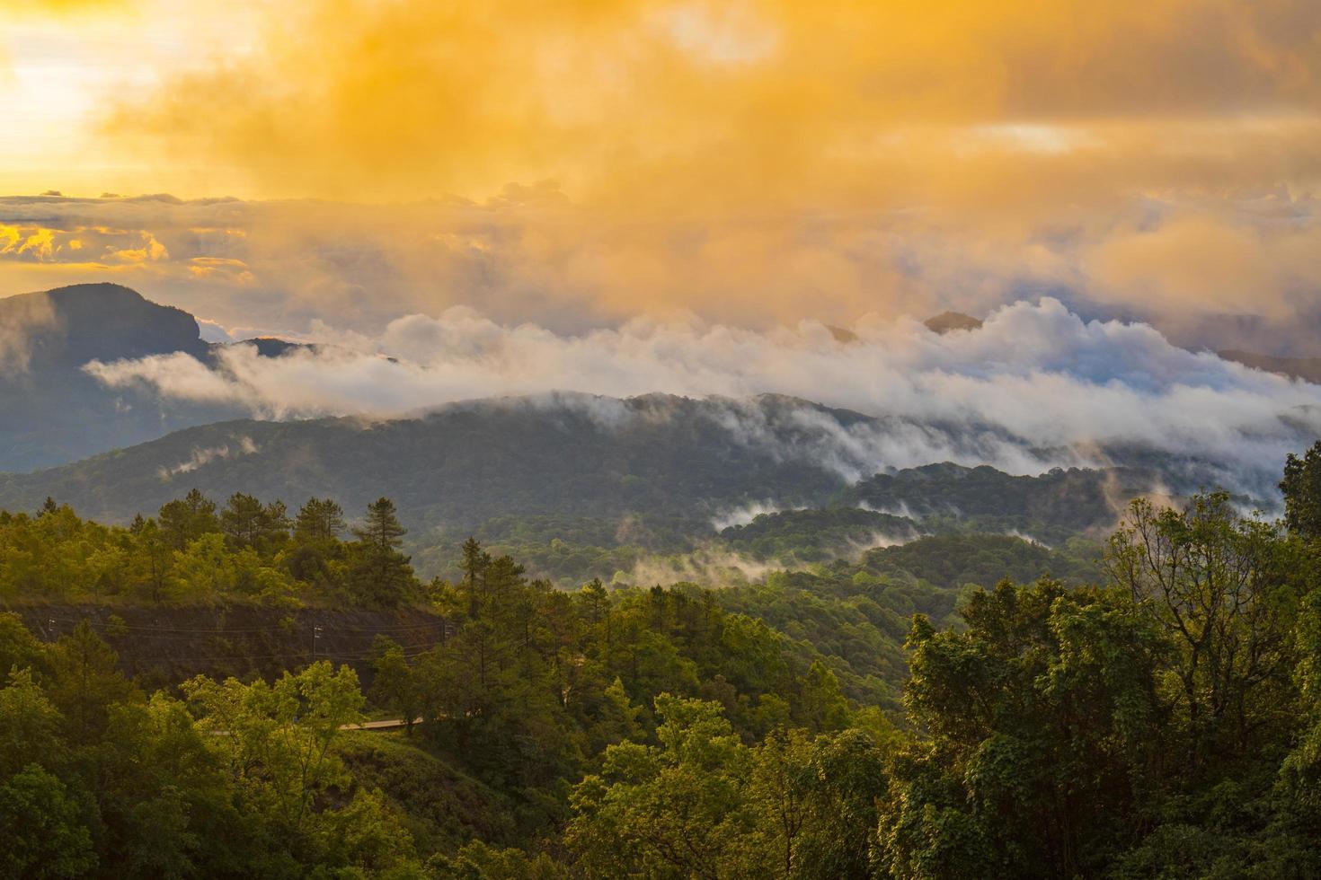 pôr do sol acima das montanhas foto