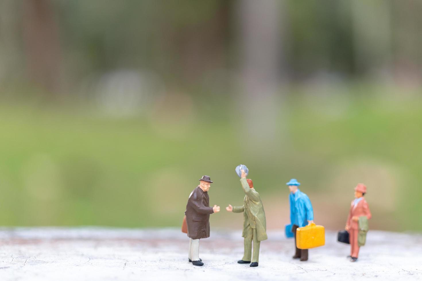 viajantes em miniatura andando em uma rua, conceito de viagem e aventura foto