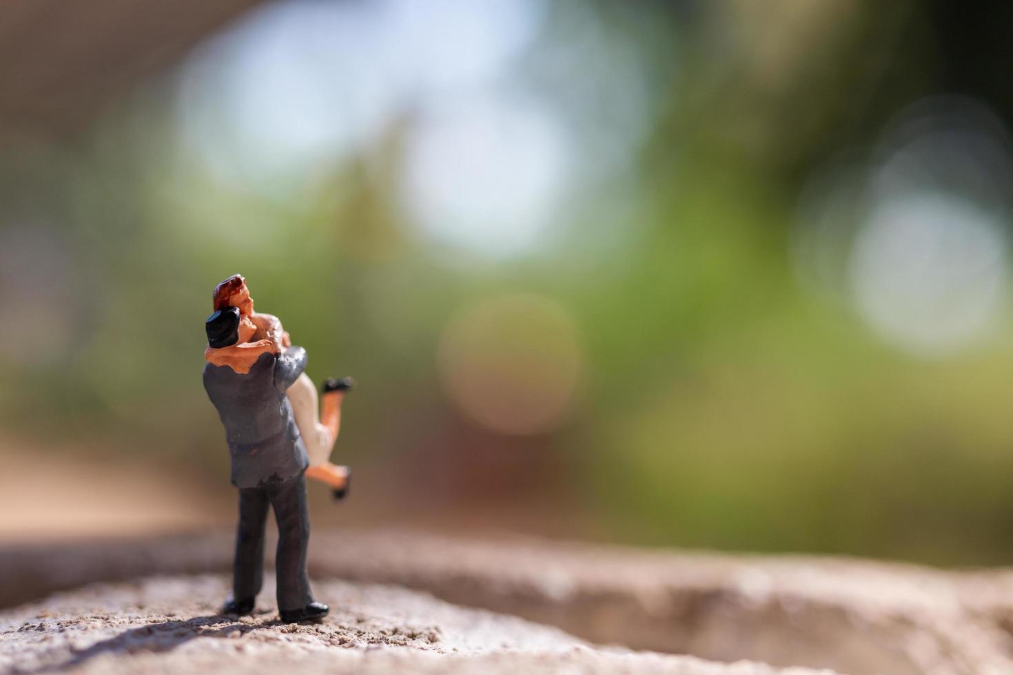 casal em miniatura parado no parque foto