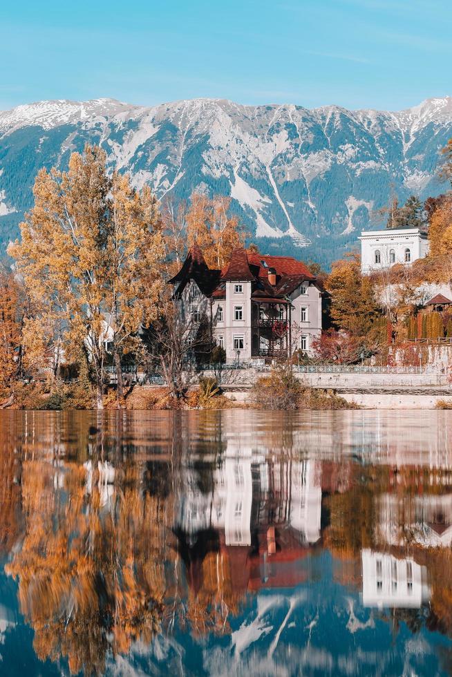 lago sangrou nas montanhas alpinas foto