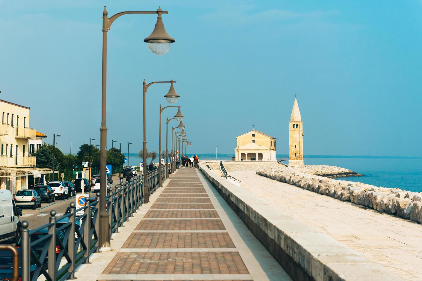 caorle, itália 2017- igreja de nossa senhora do anjo na praia de caorle itália foto