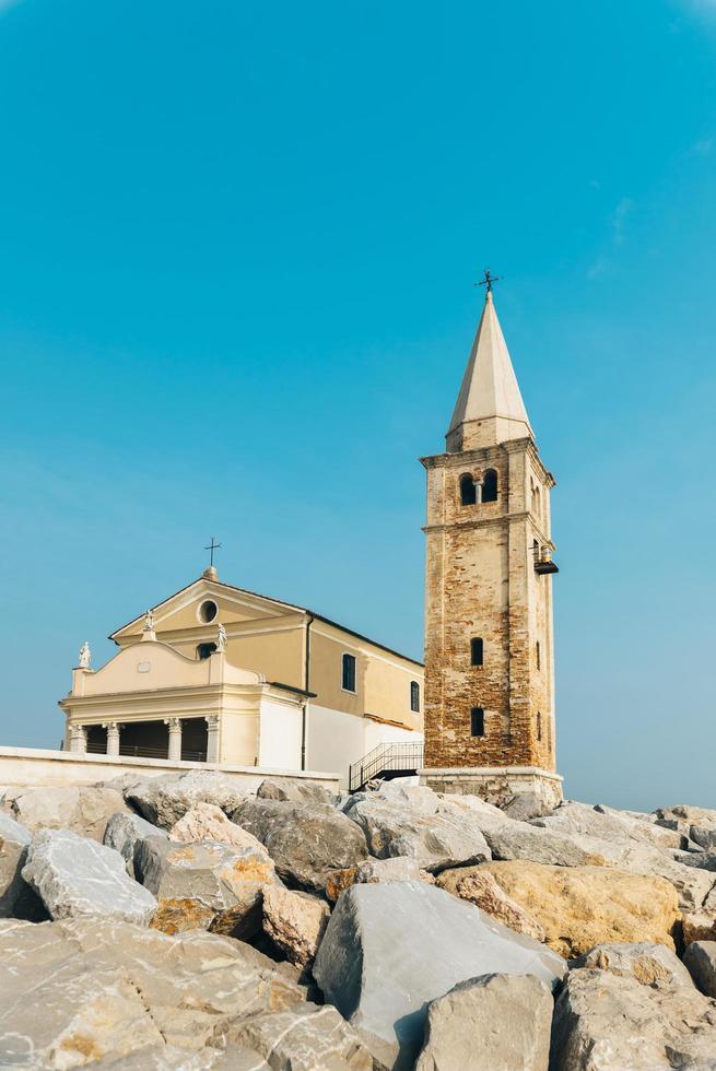 igreja de nossa senhora do anjo na praia de caorle itália foto