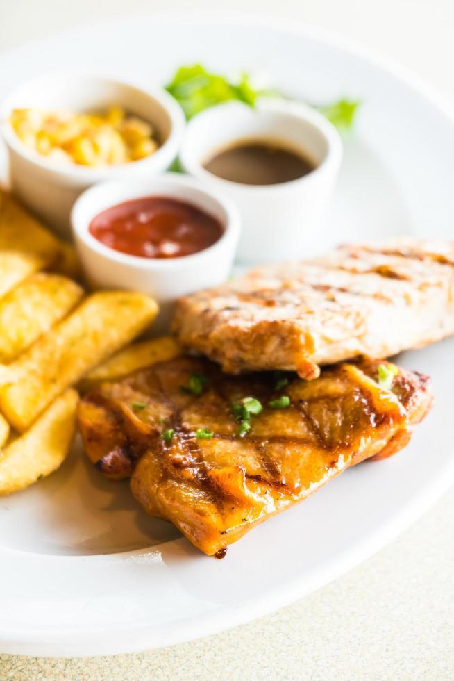 costeleta de porco e bife de frango foto