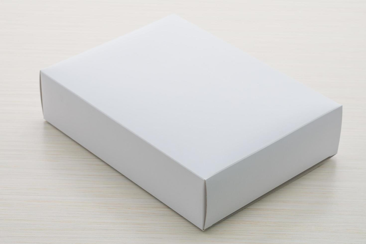 caixa de papel com fundo de madeira foto