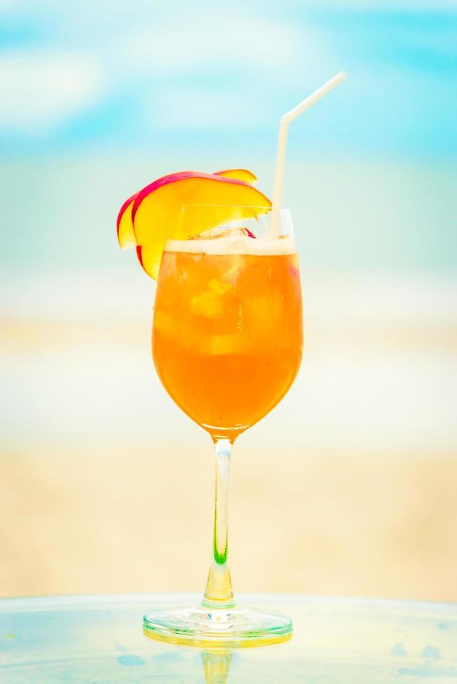 copo sem álcool gelado na praia foto