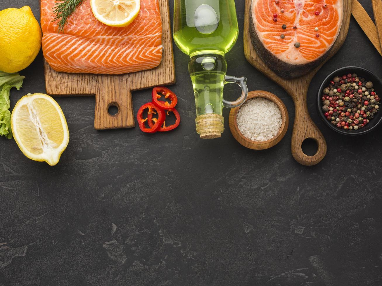 vista do arranjo de salmão e limão foto