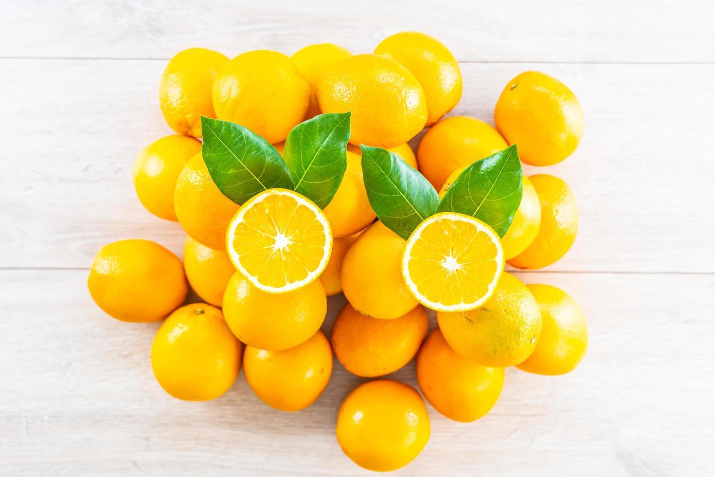 laranjas frescas na mesa foto