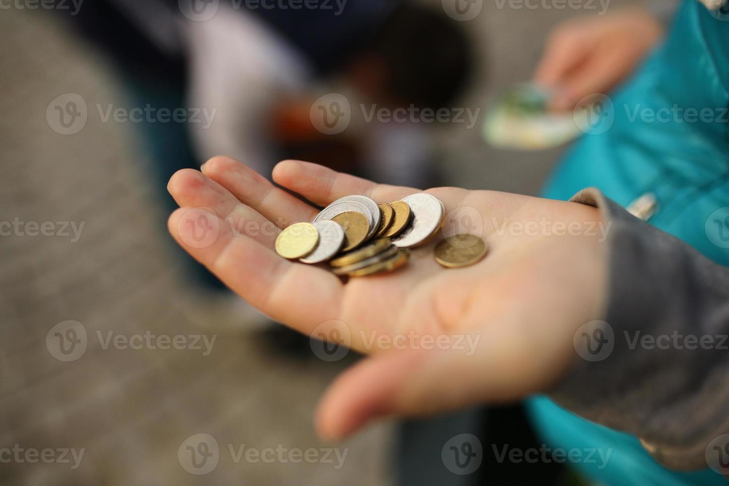 moedas na mão, economizando conceito de dinheiro foto