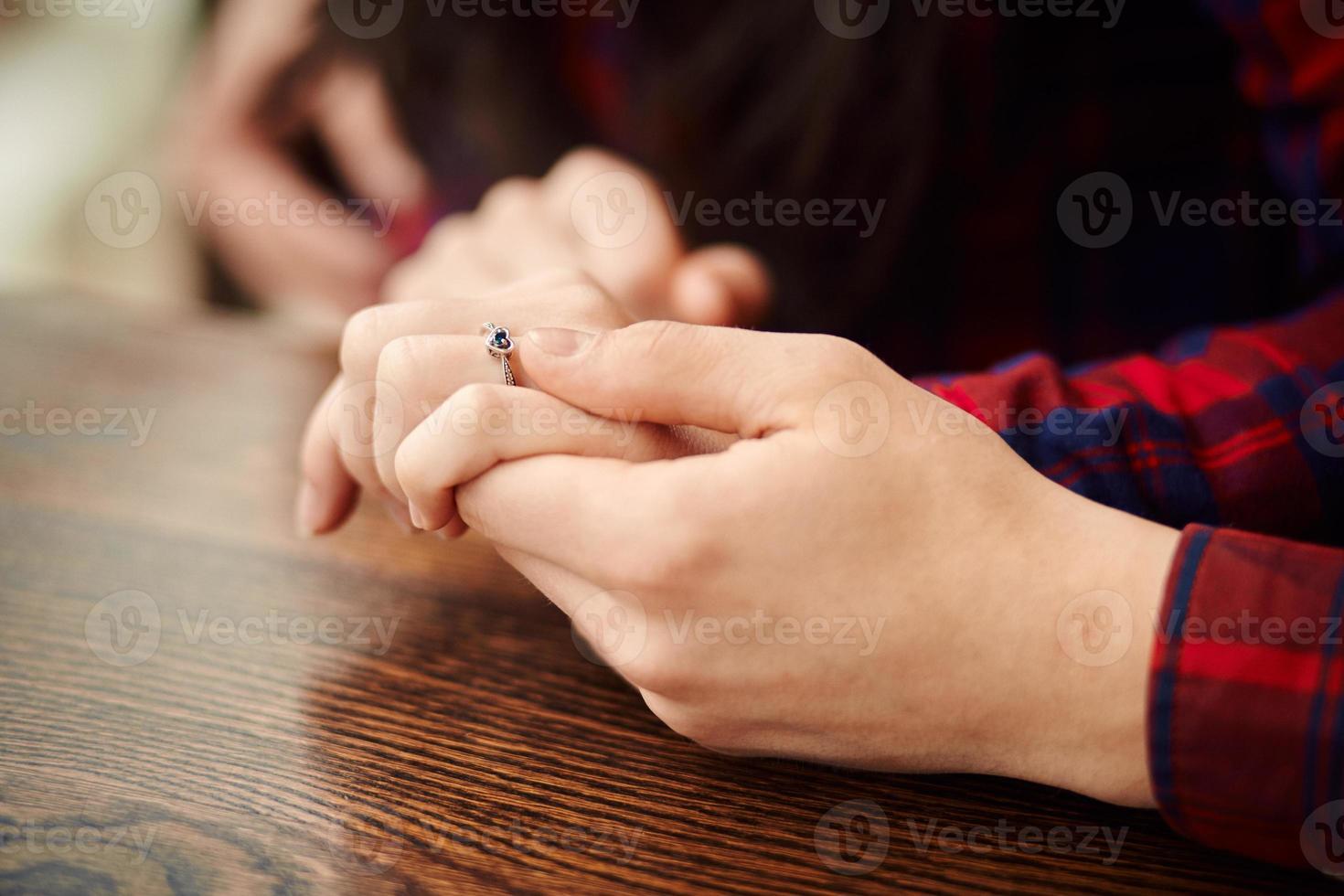 homem segurando a mão da namorada. homem fazendo uma proposta de casamento para a namorada - feliz casal de noivos de mãos dadas. amor, família, conceito de aniversário. foto