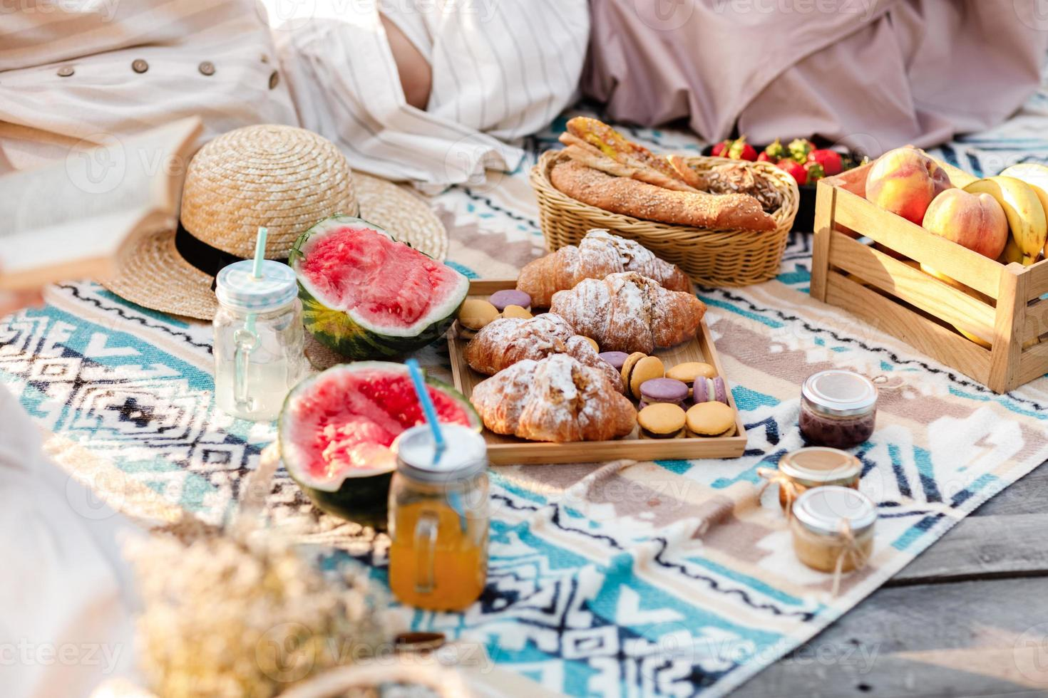 piquenique no parque. frutas frescas, refrigerantes gelados e croissants em um dia quente de verão. almoço de piquenique. foco seletivo. foto