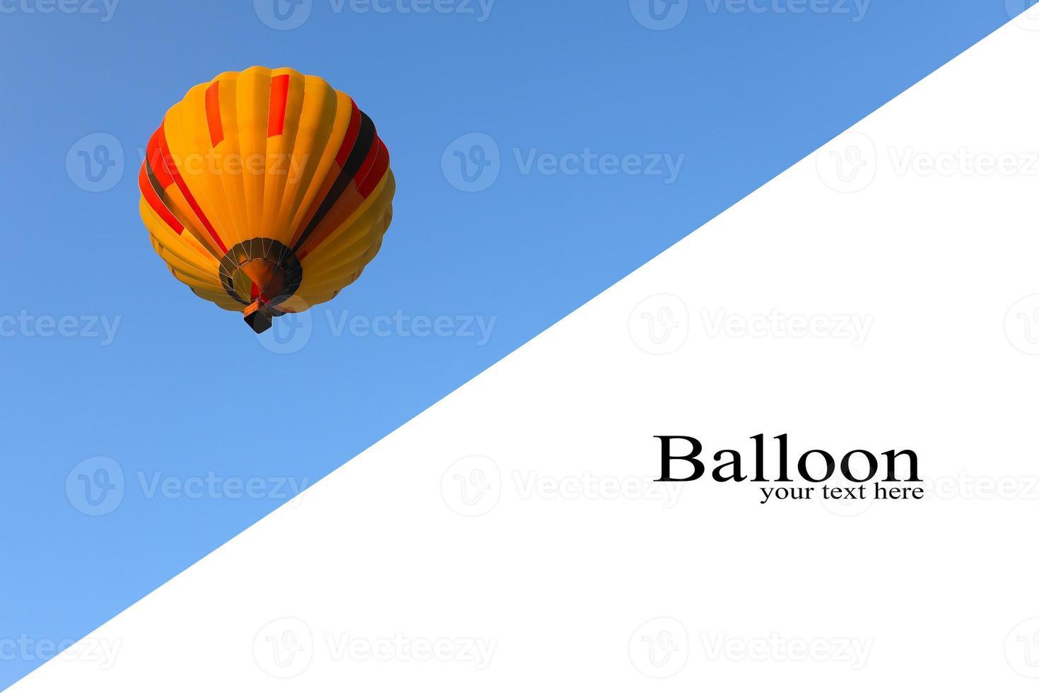 inspiração ou fundo de viagem, balão de ar quente colorido no céu azul. balão com fundo de céu azul lançamento no festival. lugar para texto foto