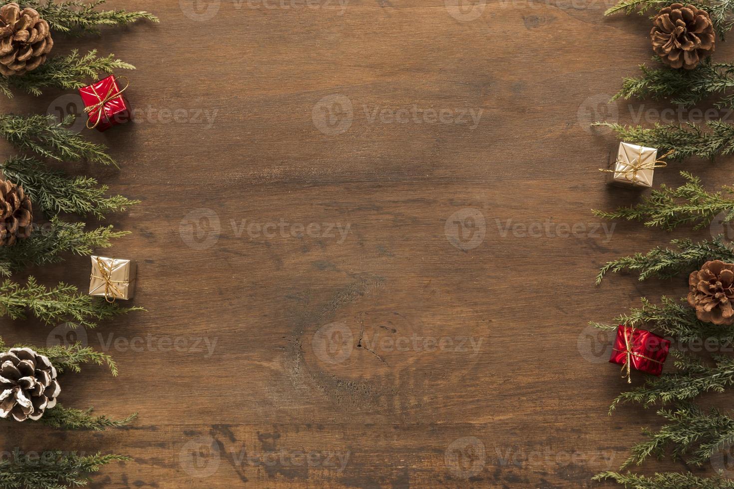ramos verdes com pequenas caixas de presente, fundo de madeira foto