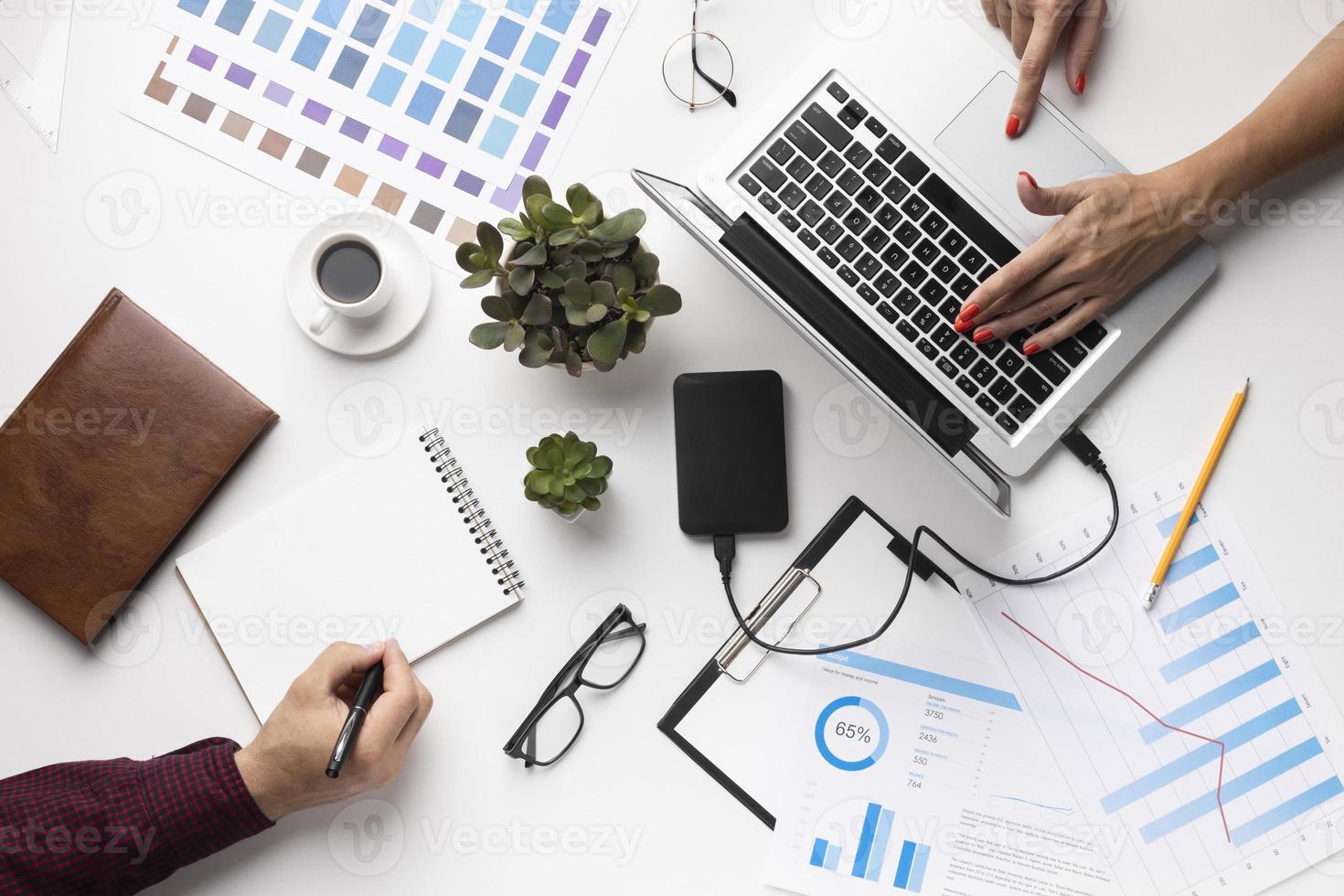 arranjo de elementos de escritório em fundo branco plano lay foto