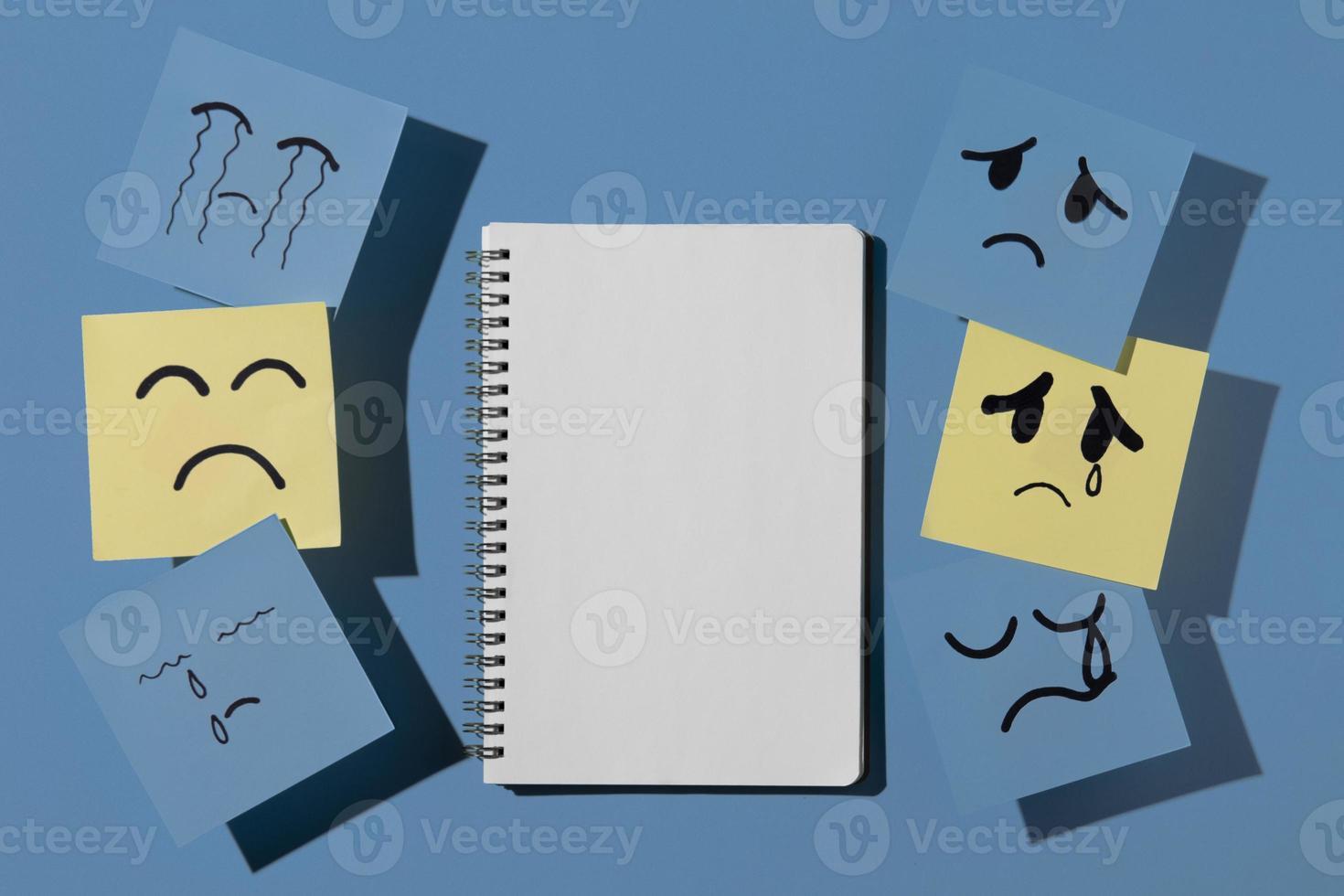 segunda-feira azul com bloco de notas foto