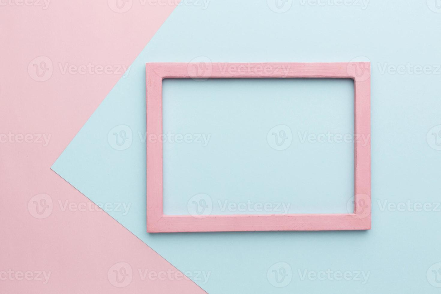 postura plana de um fundo de moldura de madeira rosa bonita foto