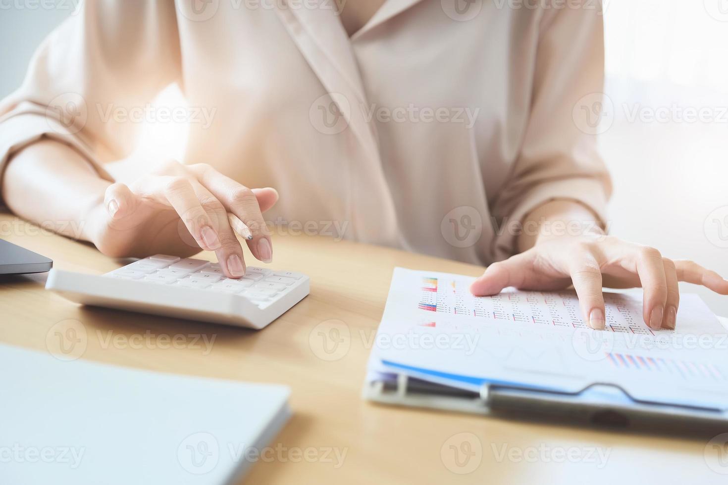 empresária usando calculadora para revisar saldos foto
